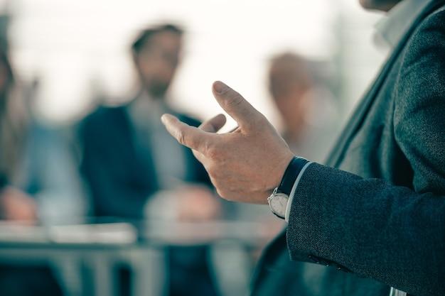 Ścieśniać. obraz w tle biznesmena rozmawia w biurze. zdjęcie z miejscem na kopię