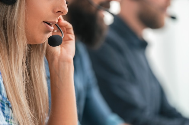 Ścieśniać. obraz w tle pracowników call center w miejscu pracy.