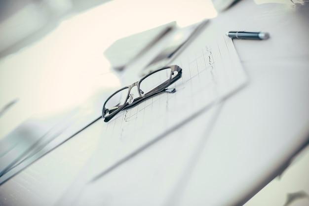 Ścieśniać. okulary i długopis na biurku terapeuty. zdjęcie z miejscem na kopię