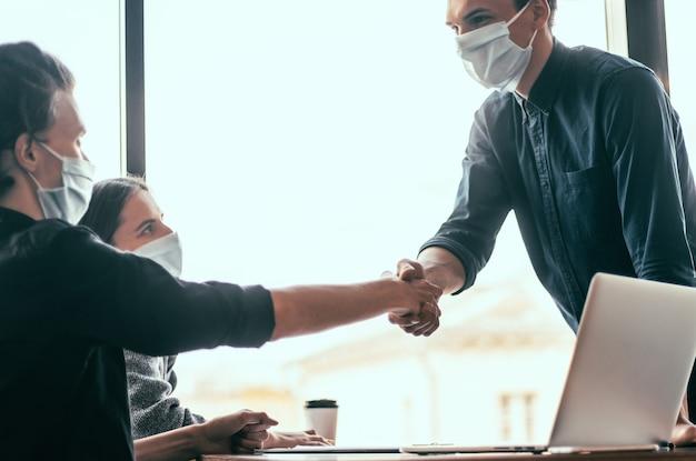 Ścieśniać. partnerzy finansowi ściskają sobie dłonie. koncepcja współpracy