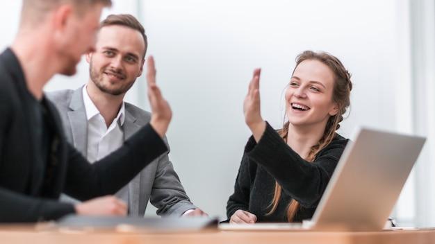 Ścieśniać. pewni siebie koledzy z biznesu przybijają sobie piątkę