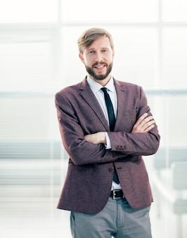 Ścieśniać. portret człowieka pewność biznesu w biurze