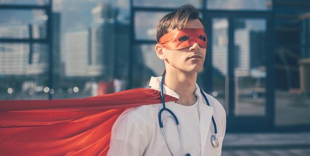 Ścieśniać. portret lekarza w masce superbohatera