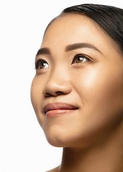 Ścieśniać. portret pięknej azjatyckiej kobiety na białym tle.