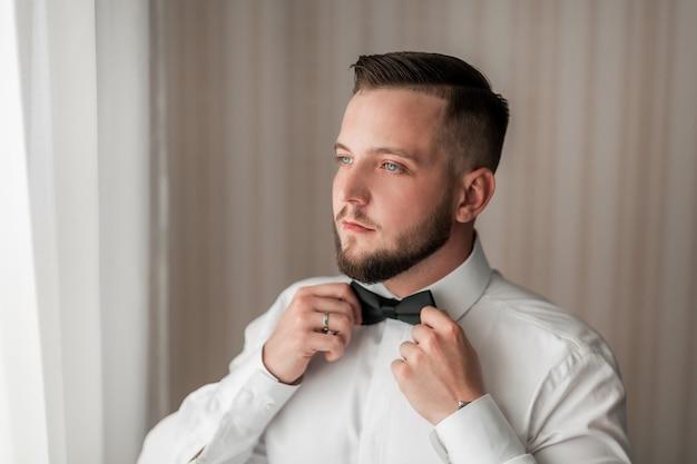 Ścieśniać. portret przystojny mężczyzna z muszką