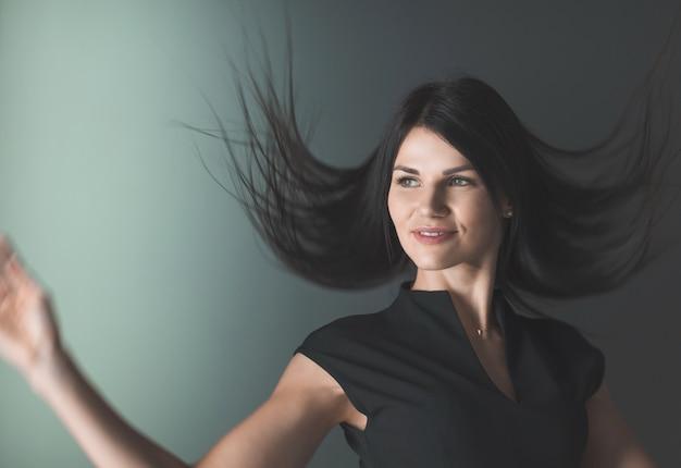Ścieśniać. portret szczęśliwej młodej kobiety biznesu.