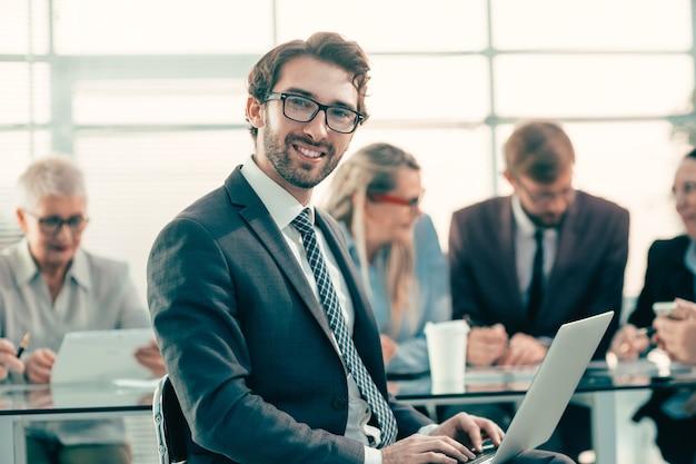 Ścieśniać. portret udanego biznesmena w tle biura. pomysł na biznes