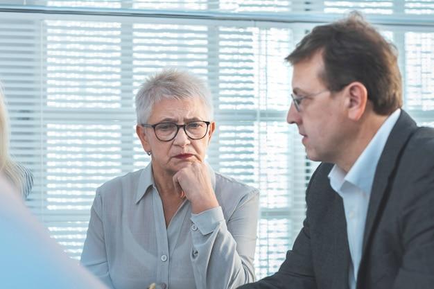 Ścieśniać. poważni koledzy biznesowi omawiający sytuację kryzysową. pomysł na biznes