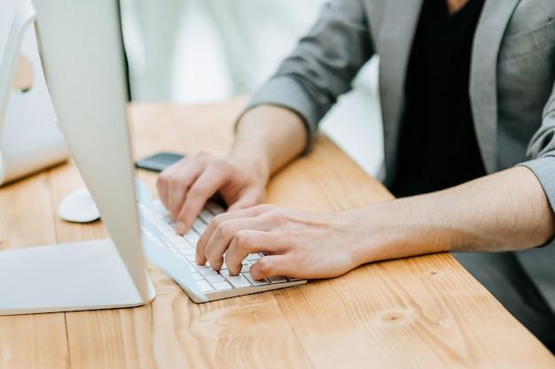 Ścieśniać. pracownicy biurowi w miejscu pracy. zdjęcie z miejscem na kopię