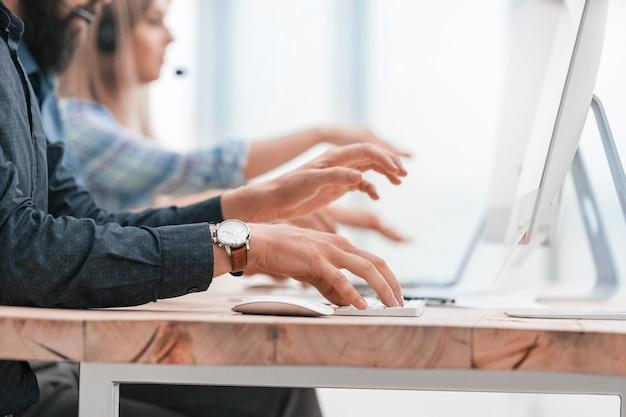 Ścieśniać. pracownicy pracują na komputerach. zdjęcie z miejsca na kopię