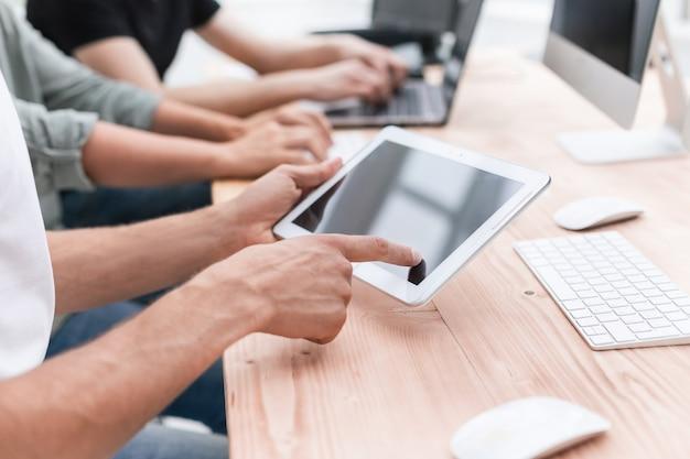 Ścieśniać. pracownik korzysta z cyfrowego tabletu w miejscu pracy
