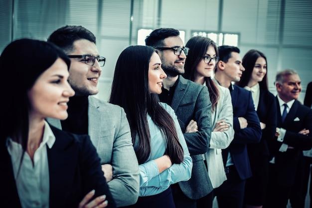 Ścieśniać. profesjonalny zespół ludzi biznesu stojących razem. pojęcie pracy zespołowej