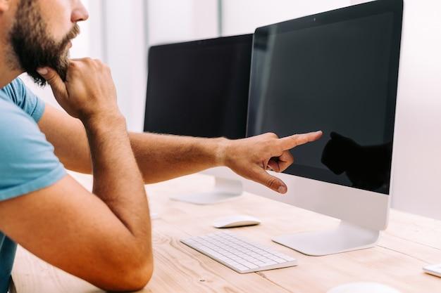 Ścieśniać. projektant stron internetowych pracuje na komputerze. ludzie i technologia