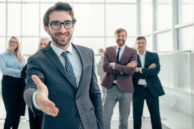 Ścieśniać. przyjazny biznesmen wyciągający rękę do uścisku dłoni
