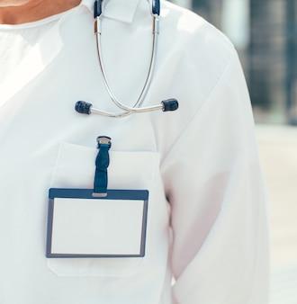 Ścieśniać. pusta odznaka na piersi lekarza ratownika medycznego.