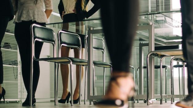 Ścieśniać. różnych ludzi biznesu przechodzących przez centrum biznesowe biura. zaplecze biznesowe