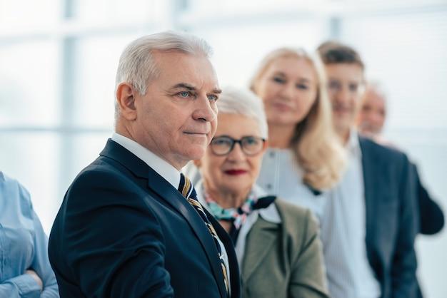 Ścieśniać. rzetelni partnerzy biznesowi z niecierpliwością czekają .zdjęcie z kopią miejsca