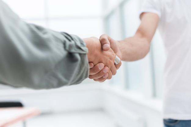 Ścieśniać. rzetelny uścisk dłoni ludzi biznesu .koncepcja współpracy