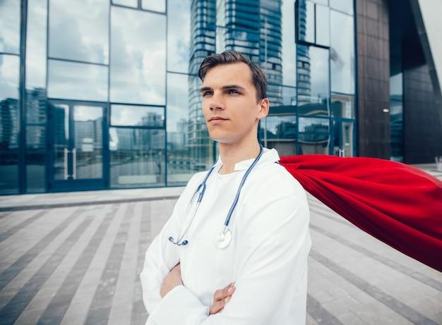 Ścieśniać. sanitariusz superbohater stojący na ulicy miasta. zdjęcie z kopią miejsca.