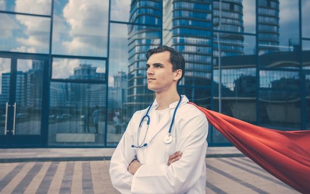 Ścieśniać. sanitariusz superbohater stojący na ulicy miasta.