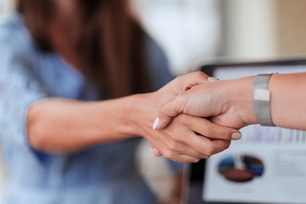 Ścieśniać. silny uścisk dłoni partnerów finansowych. pomysł na biznes.