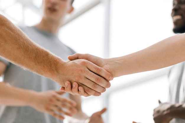 Ścieśniać. silny uścisk dłoni podobnie myślących ludzi. zdjęcie z miejscem na kopię