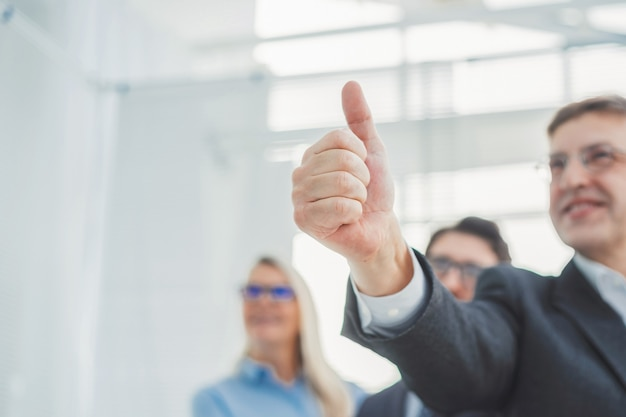 Ścieśniać. szczęśliwy biznesmen daje aprobaty. pomysł na biznes