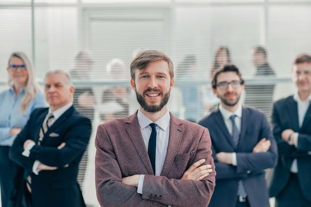 Ścieśniać. szczęśliwy młody przedsiębiorca stojący w biurze