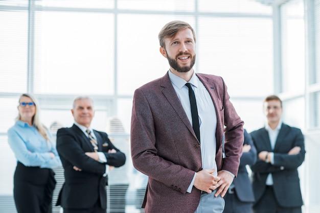 Ścieśniać. szczęśliwy pewny siebie biznesmen stojący w biurze
