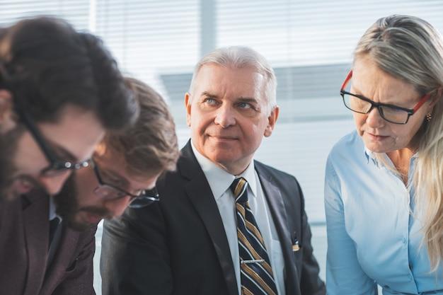 Ścieśniać. szef i grupa robocza pracująca w biurze. pomysł na biznes