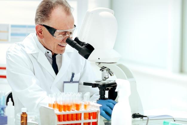 Ścieśniać. technicy laboratoryjni badający krew w laboratorium