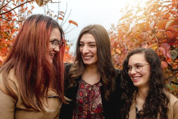 Ścieśniać trzy dziewczyny portret. wesołe, uśmiechnięte i radosne twarze podczas rozmowy.