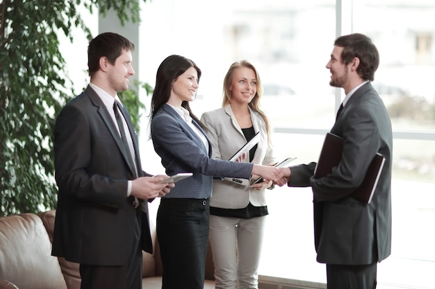 Ścieśniać. uścisk dłoni partnerów biznesowych w nowoczesnym centrum biznesowym