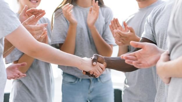 Ścieśniać. uścisk dłoni uczestników międzynarodowego seminarium. biznes i edukacja