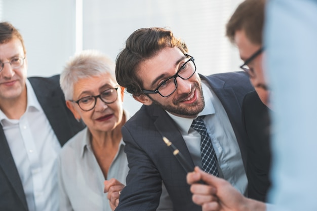 Ścieśniać. uśmiechnięci koledzy z biznesu omawiając nowe pomysły. pojęcie pracy zespołowej
