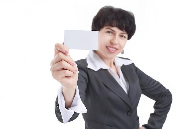 Ścieśniać. uśmiechnięta biznesowa kobieta pokazuje pustą wizytówkę. zdjęcie z miejsca na kopię