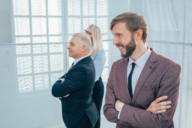 Ścieśniać. uśmiechnięty biznesmen stojący w biurze
