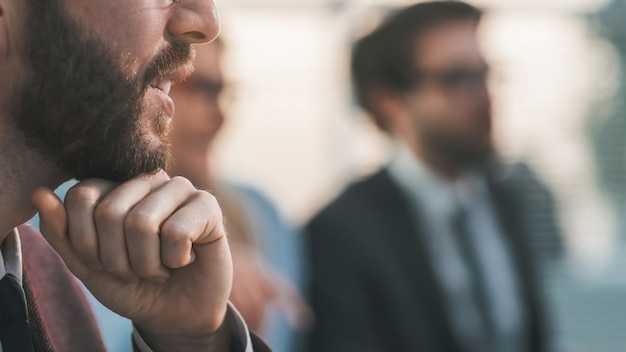 Ścieśniać. uśmiechnięty człowiek sukcesu w biznesie. pomysł na biznes