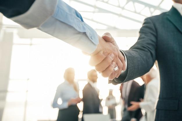 Ścieśniać. wizerunek firmy uścisk dłoni w biurze. zdjęcie z miejscem na kopię