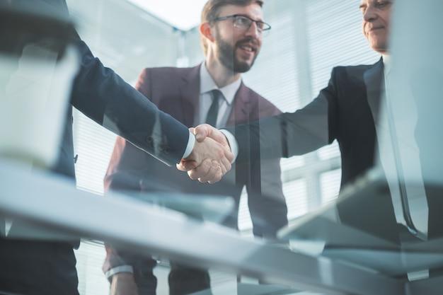 Ścieśniać. wizerunek pewnych partnerów biznesowych uścisk dłoni. pomysł na biznes