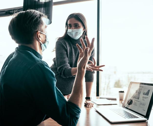Ścieśniać. współpracownicy biznesowi omawiają pilne sprawy.