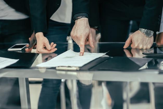 Ścieśniać. współpracownicy omawiający dane finansowe. pomysł na biznes