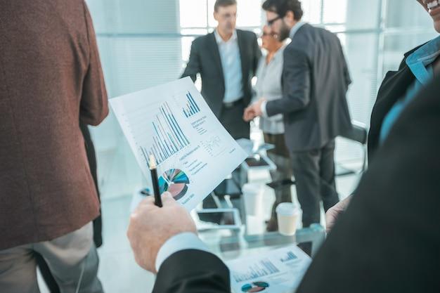 Ścieśniać. wykres finansowy w ręku biznesmena. pomysł na biznes