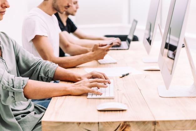 Ścieśniać. zespół biznesowy analizuje informacje napływające do biura. ludzie i technologia