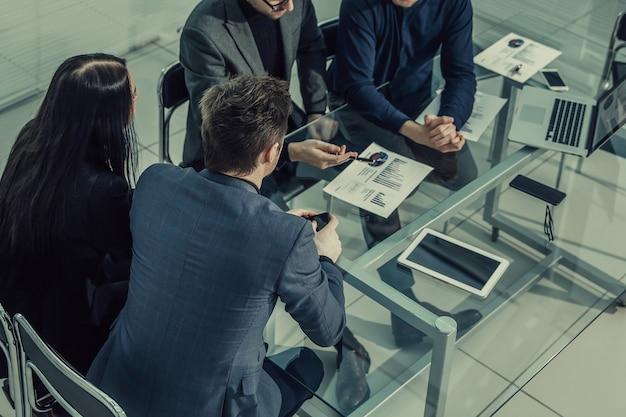 Ścieśniać. zespół biznesowy działa w nowoczesnym biurze. pomysł na biznes.