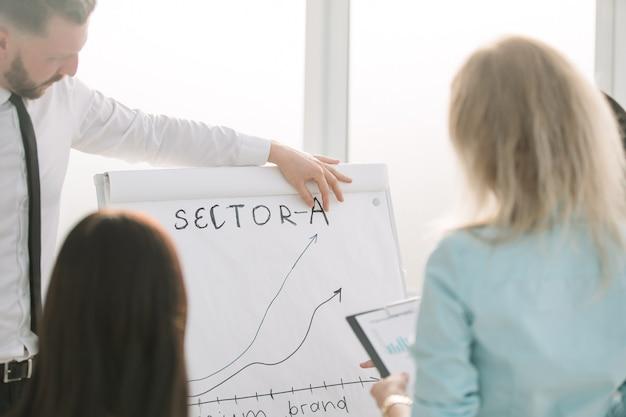 Ścieśniać. zespół biznesowy omawiający nową prezentację. biznes i edukacja