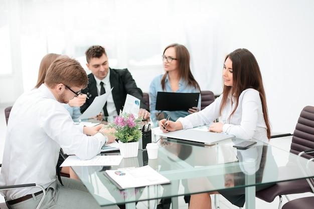Ścieśniać. zespół biznesowy omawiający nowe pomysły. praca zespołowa