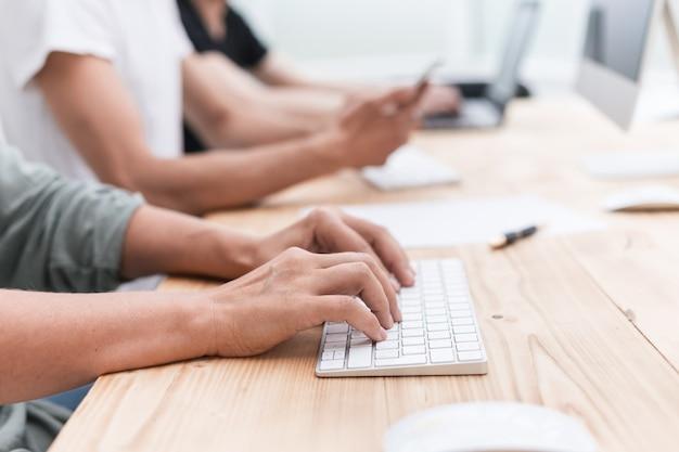 Ścieśniać. zespół biznesowy siedzi w sali komputerowej. ludzie i technologia