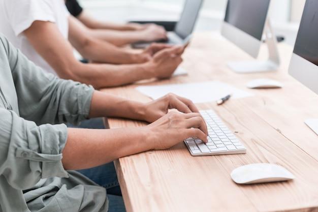 Ścieśniać. zespół biznesu siedzi w sali komputerowej. ludzie i technologia