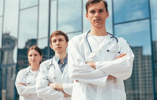 Ścieśniać. zespół lekarzy stojących na ulicy miasta